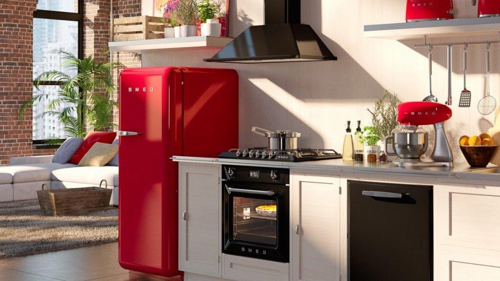 Холодильник в рабочей зоне кухни