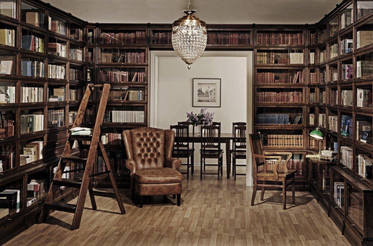 Домашняя библиотека с деревянными шкафами