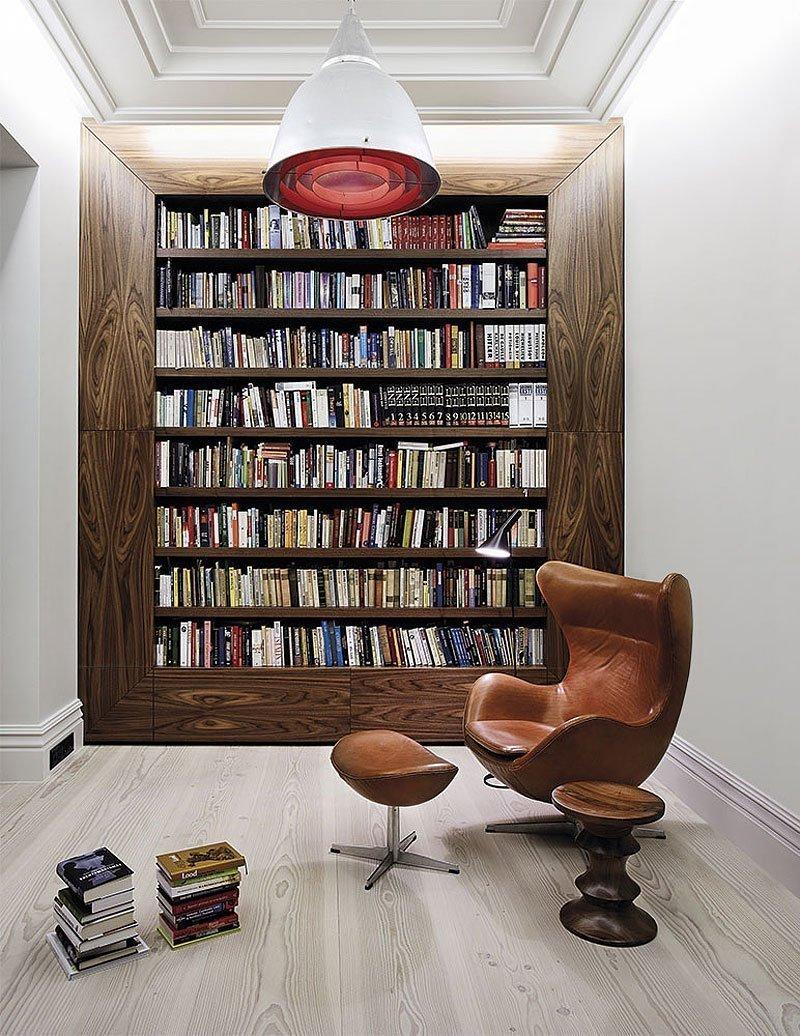 Светлый ламинат в интерьере домашней библиотеки