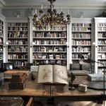 Бюст в интерьере библиотеки