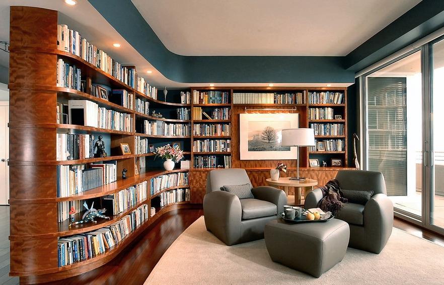 Серая мебель в домашней библиотеке