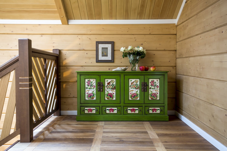 Интерьер из дерева с зеленым комодом