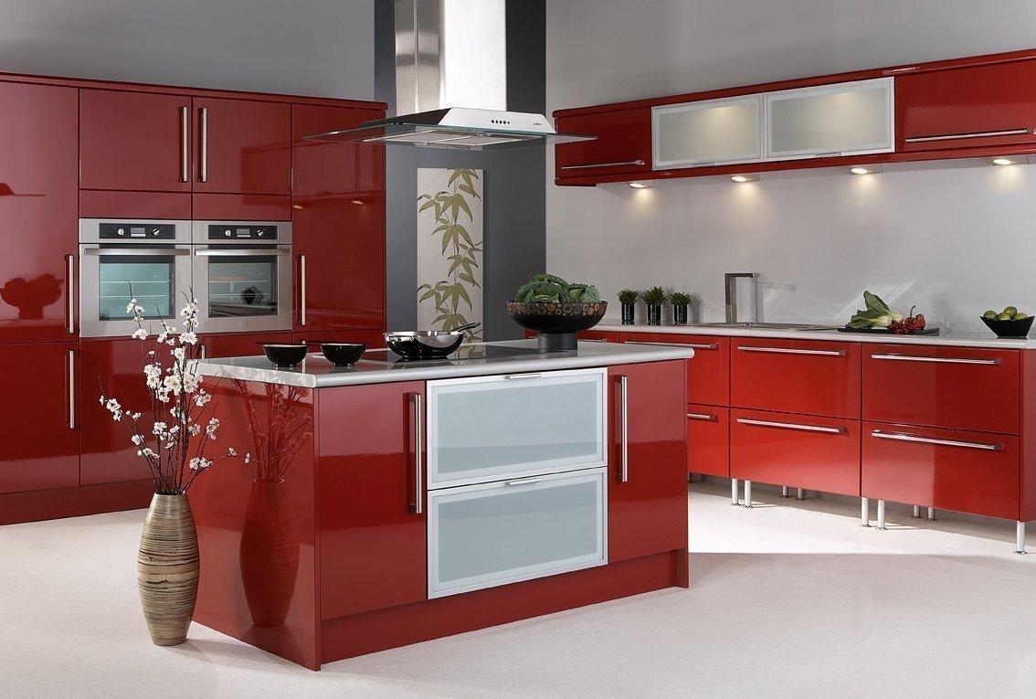 Интерьер с красной кухней