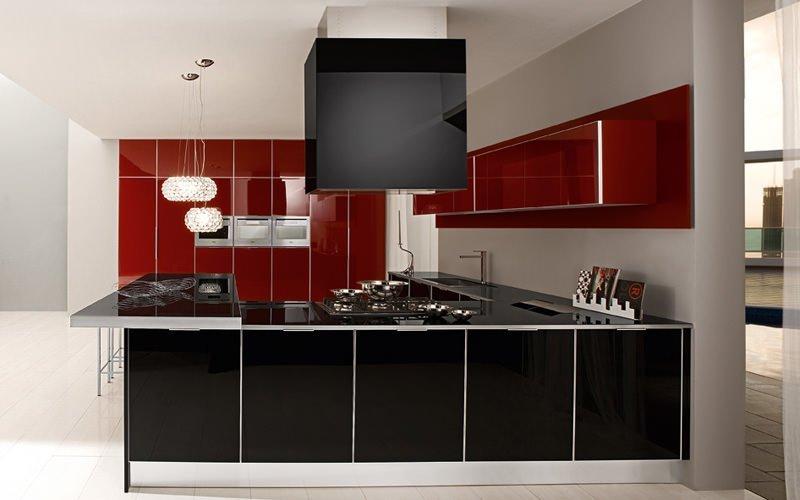 Сочетание черного, белого и красного цветов на кухне