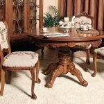 Столик и стулья с резными узорами