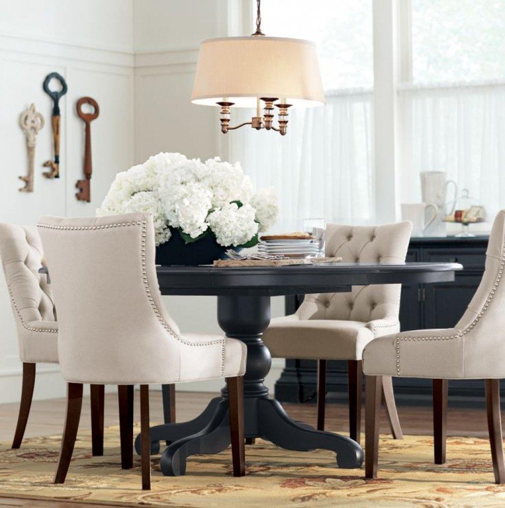 Бежевая люстра над серым столом