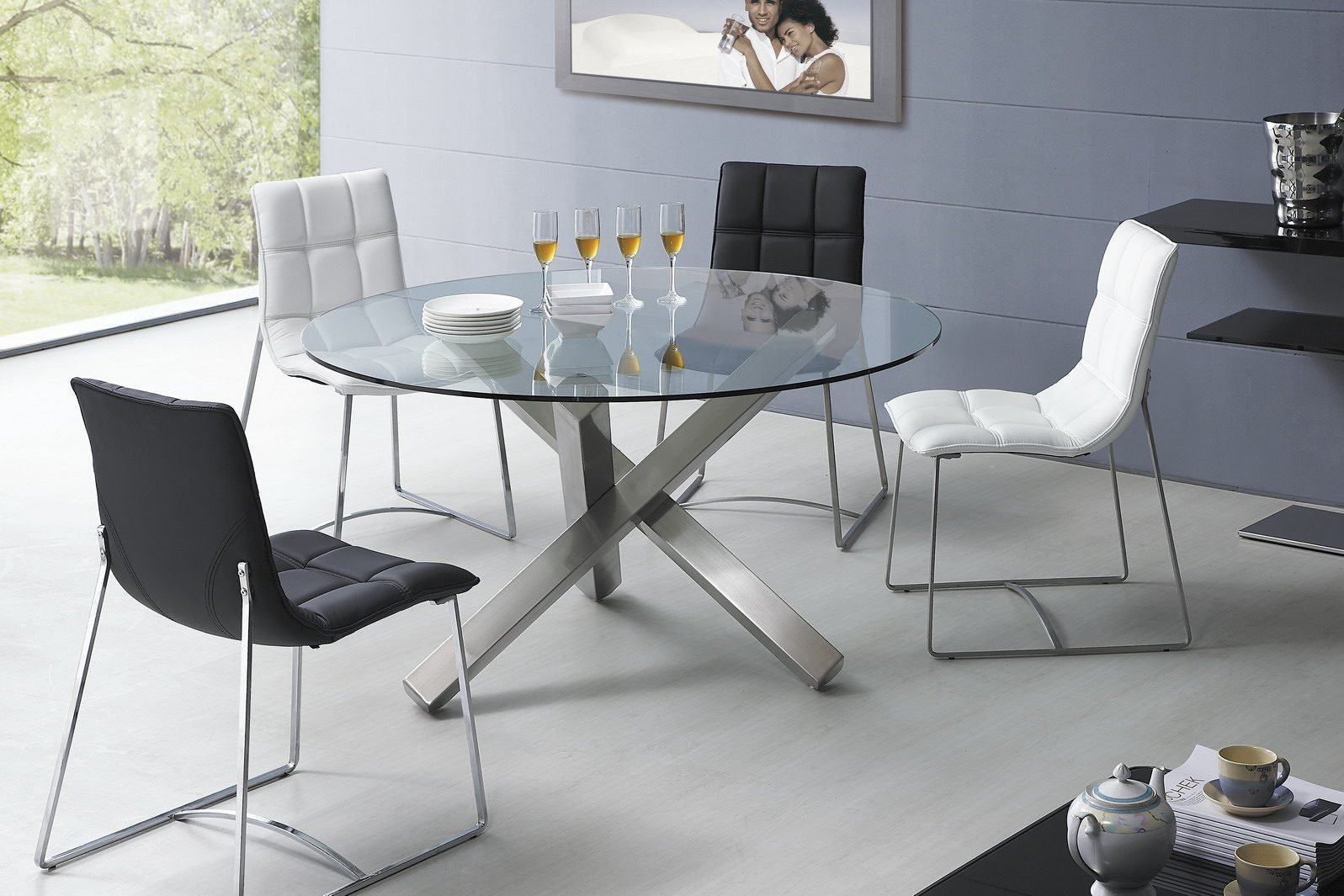 Круглый стол из стекла в интерьере