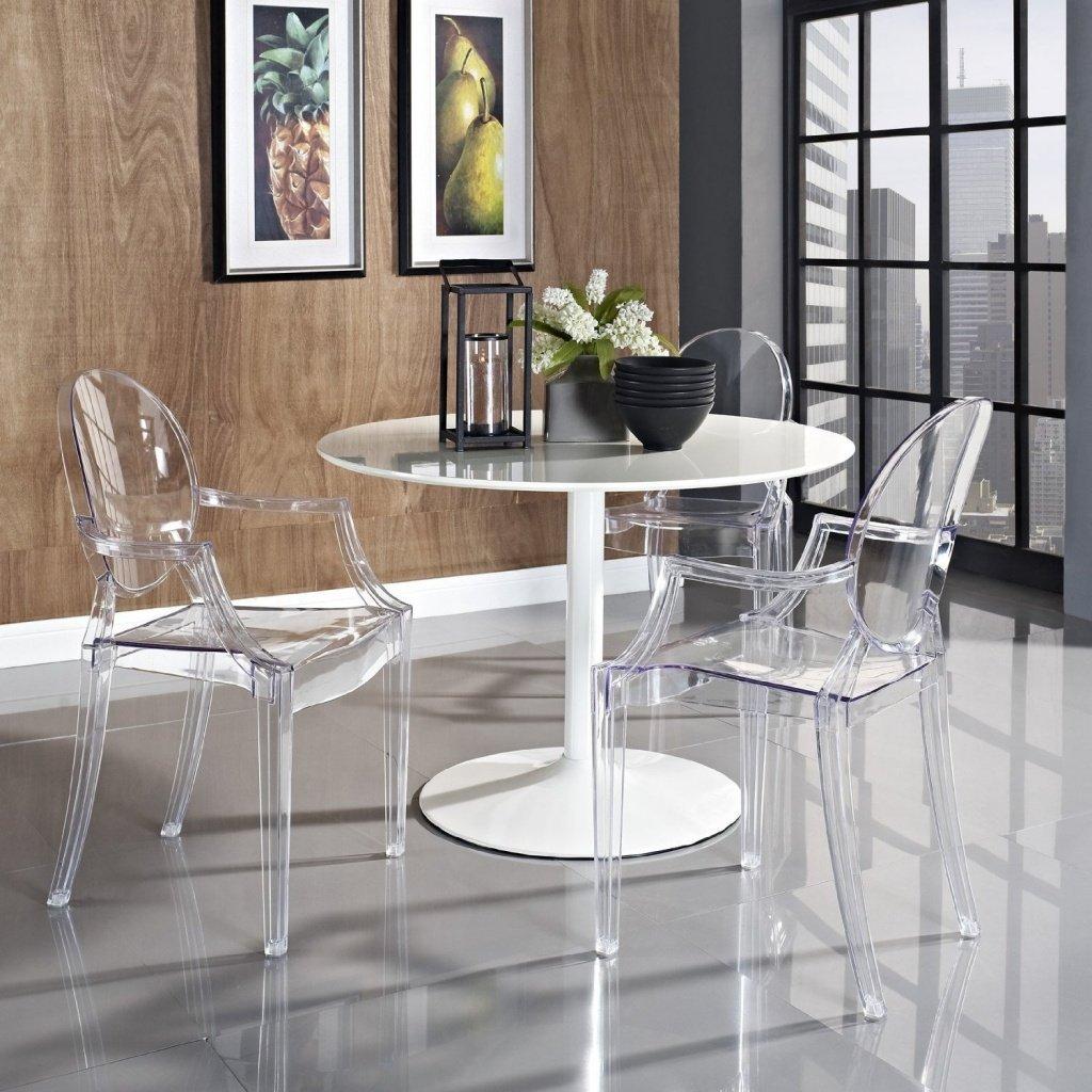 Пластиковый круглый стол в интерьере