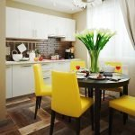 Сочетание желтых стульев и темного стола