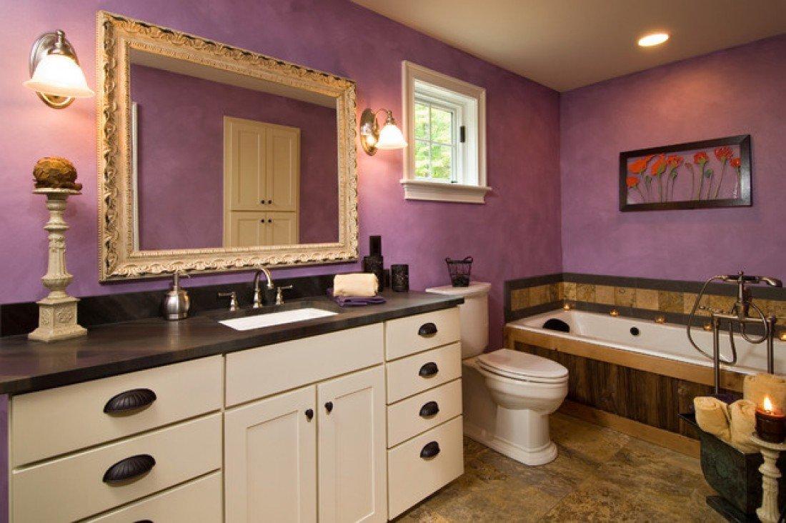 Лавандовые стены в ванной комнате