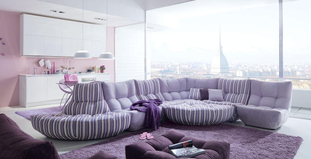 Большой диван в гостиной лавандового цвета