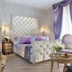 Шторы в спальне фиолетового цвета