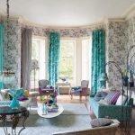 Бирюзовые шторы и диван в гостиной