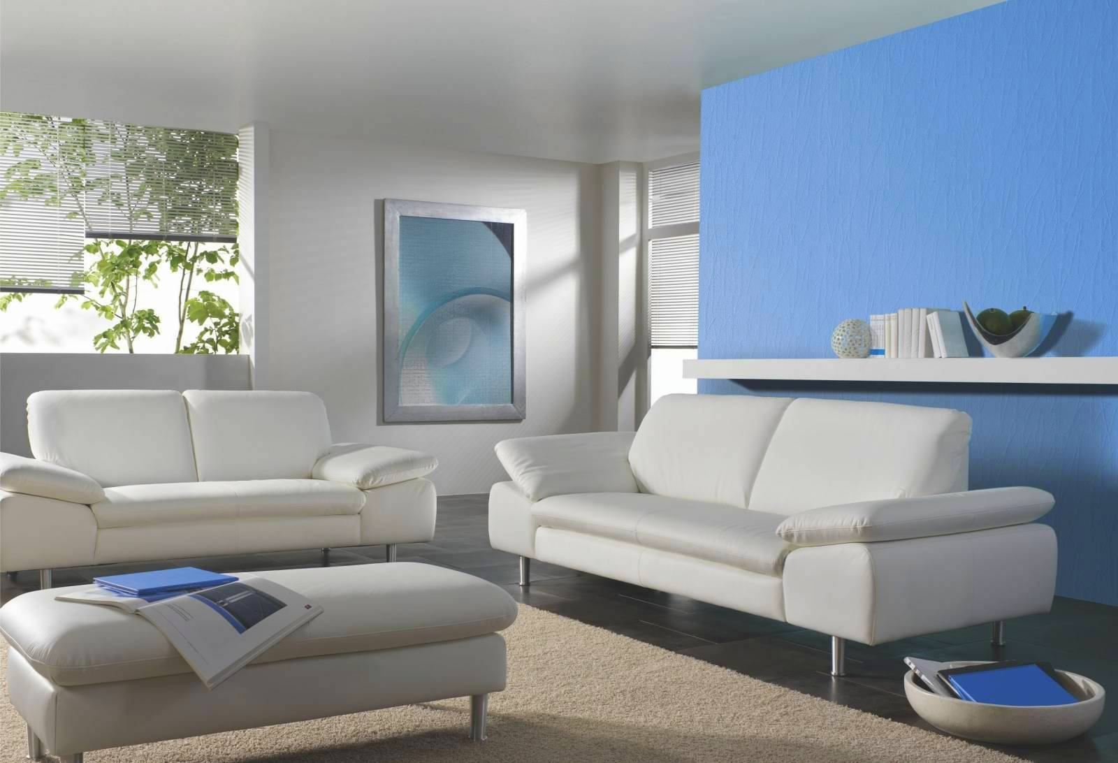 Голубая стена в белом интерьере