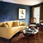 Песочный диван и синие стены в гостиной