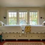 Кровати у окна