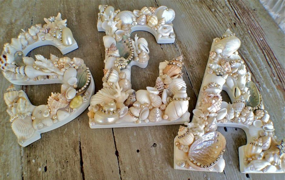 Буквы с декором из ракушек