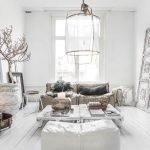 Светлая гостиная с красивым декором