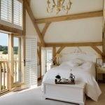 Высокие потолки в спальне на даче