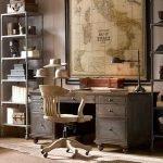 Старинный стол в кабинете