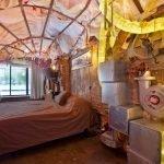 Трубы с подсветкой в спальне