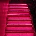 Лестница с красной светодиодной лентой