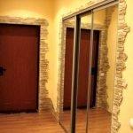 Входная дверь коричневого цвета