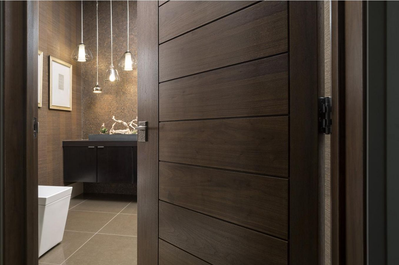 Коричневая дверь в ванной