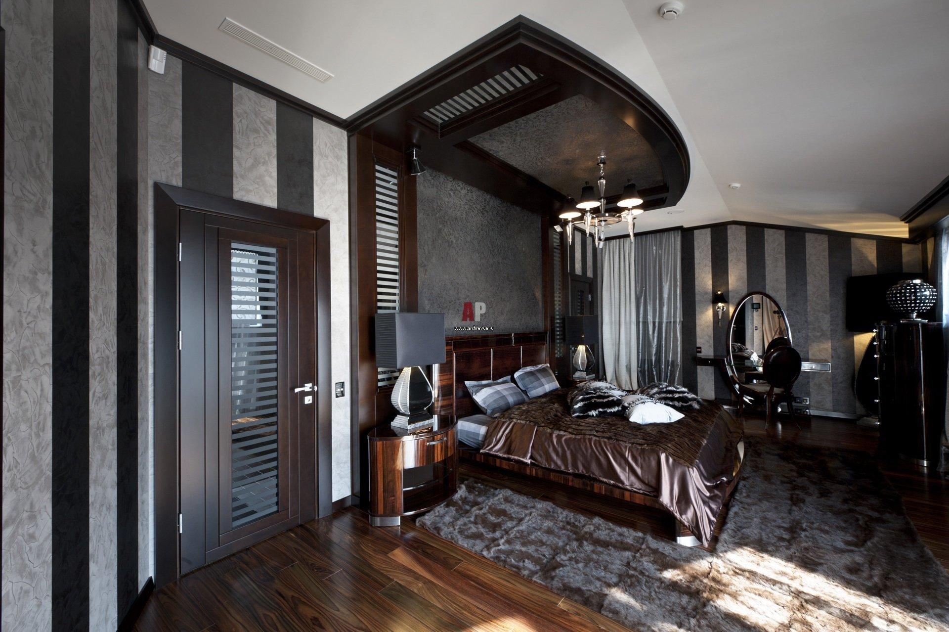 Темная дверь в спальне
