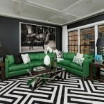 Зеленый диван и черные стены