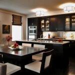 Кухня в черно-бежевых тонах