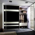 Шкаф черного цвета в прихожей