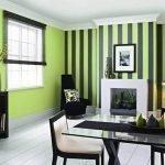 Зеленые стены с черными полосками