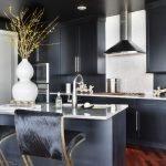 Темный интерьер кухни