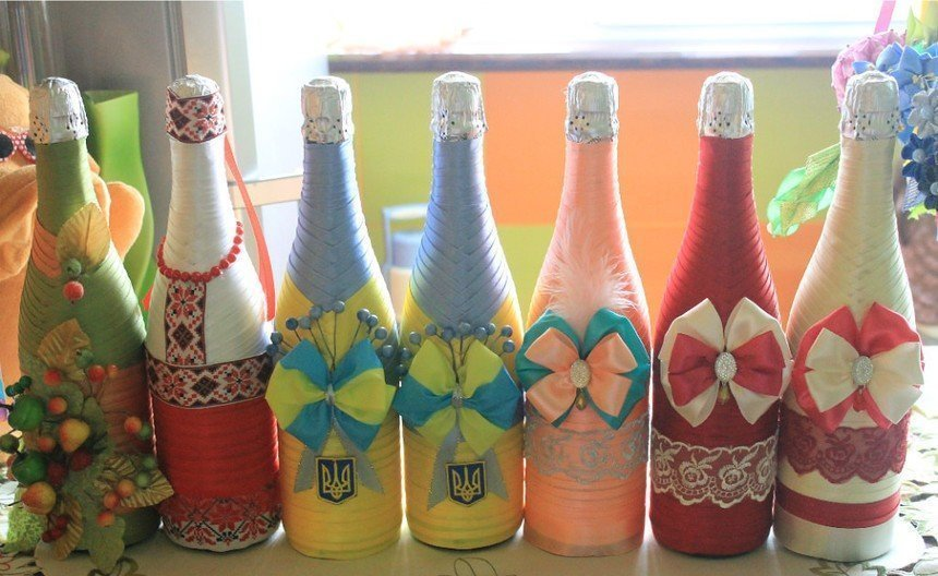 Шампанское в разноцветных лентах