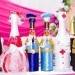 Разнообразные костюмы на бутылках