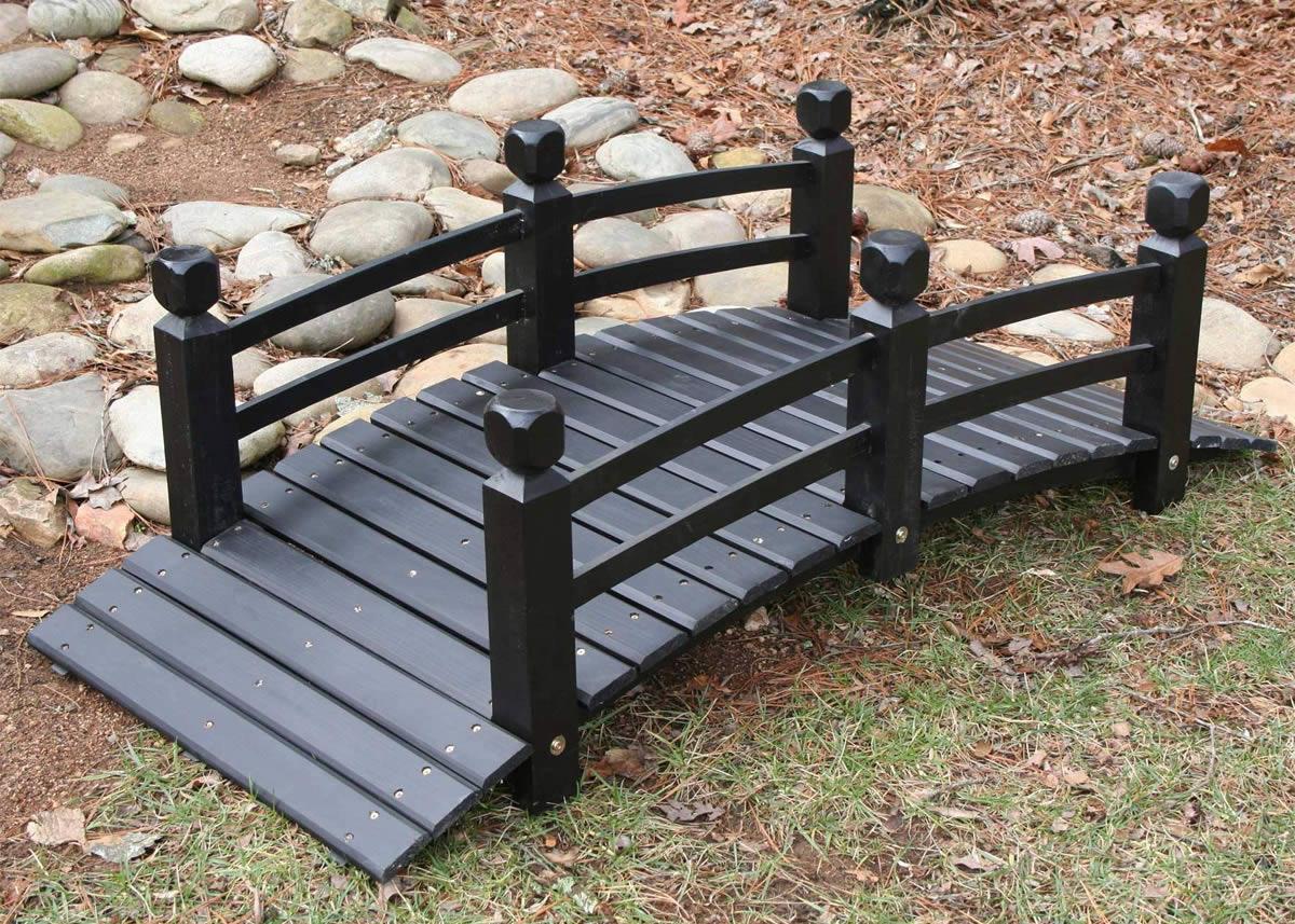 Черный деревянный мостик