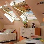 Большие окна в детской на мансарде