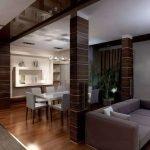 Колонны между гостиной и столовой