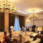 Люстры и светильники с одинаковым дизайном в гостиной-столовой