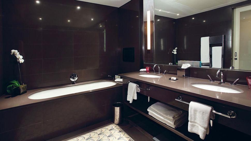 Плитка темного коричневого цвета в ванной
