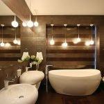 Яркое освещение в ванной