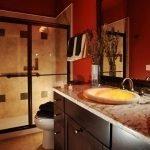 Сочетание красного и коричневого в декоре ванной комнаты