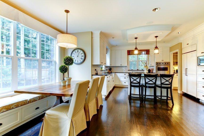 Столовая зона у окна на кухне