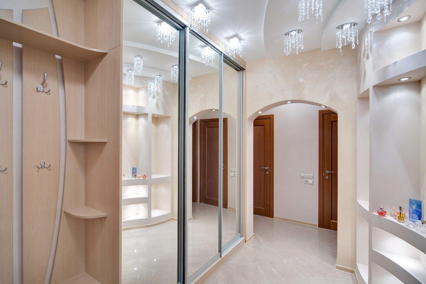 Зеркальный шкаф в прихожей