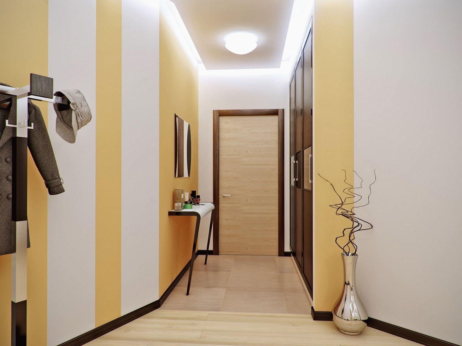 Желто-белые стены в прихожей
