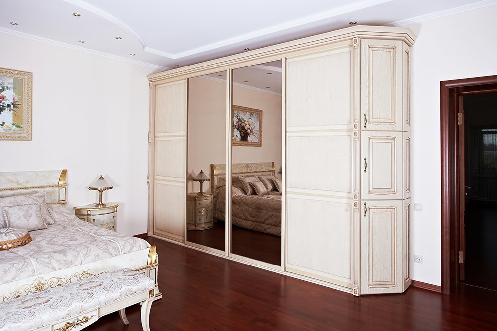 Интерьер спальни со шкафом-купе