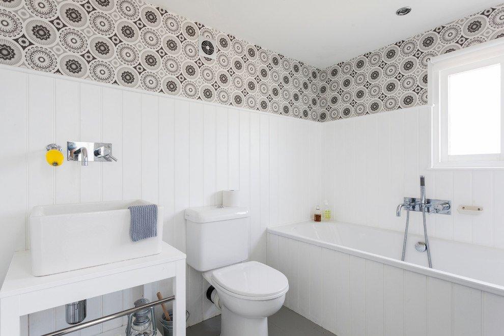 Обои и пластик на стенах в ванной