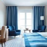 Синие шторы на окнах