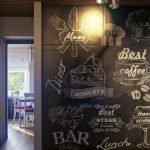 Разрисованная стена в прихожей